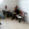Por falta de carteiras alunos se revezam para assistir aulas em Teixeira de Freitas