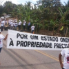 Parentes e amigos de fazendeiro bloqueiam a BR-101 em Itamaraju