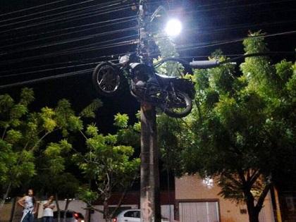 Motocicleta_presa_poste_Ceará_fotoDivulgação