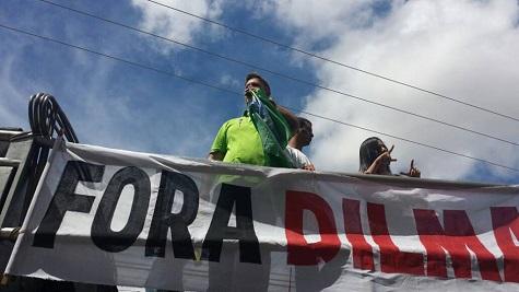 """Momento em que """"Lucas Bocão"""" pega o microfone e é repudiado pelos manisfestantes."""