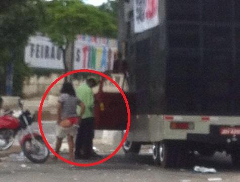 """Uma das manisfestantes chegou a tirar a roupa e mostrar a bunda para """"Lucas Bocão"""" em sinal de revolta."""