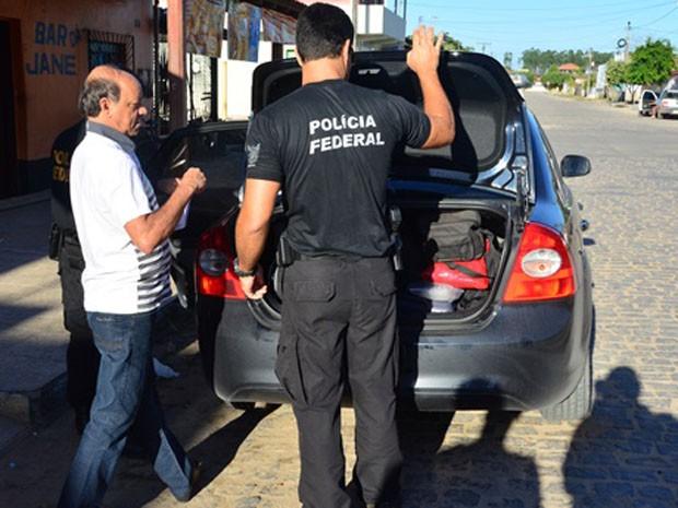 Policiais federais durante ação no município de Itabela (Foto: Idalício Viana / Clic101)