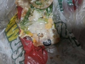A jovem diz ter encontrado uma perna de barata em um sanduíche.